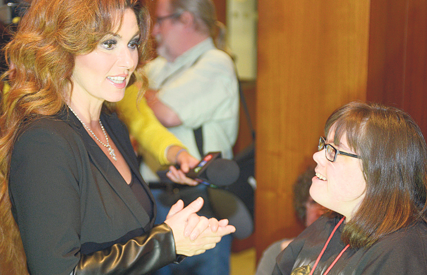 Tommys 1 shania twain supersite shania twain spends time with fans country music superstar shania twain chats with 34 year old fan shallen jackson during a small meet and greet after saturdays concert m4hsunfo