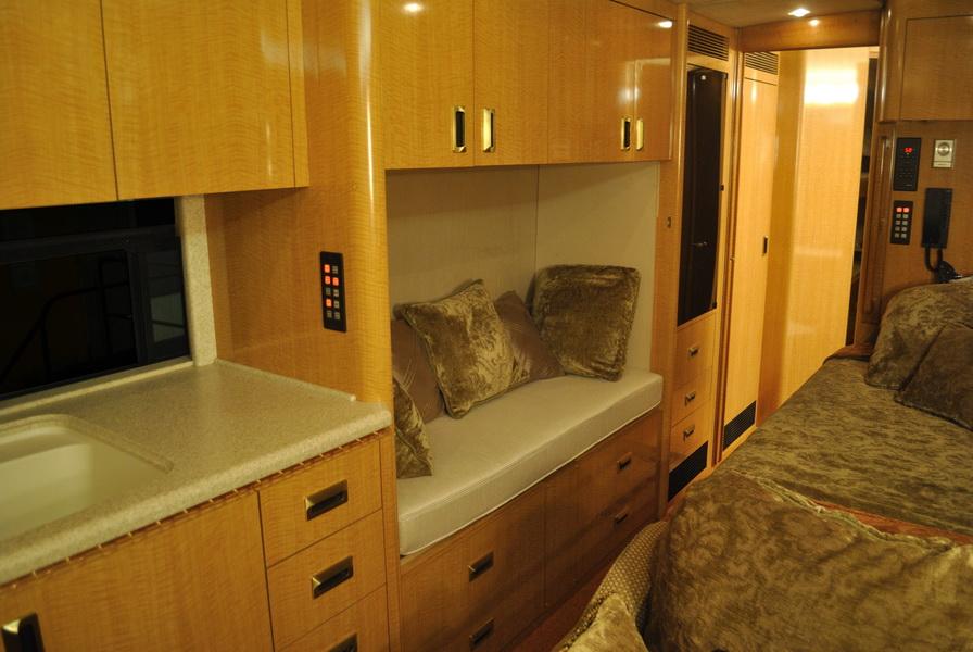 shania-rockthiscountrytour-bus11.JPG