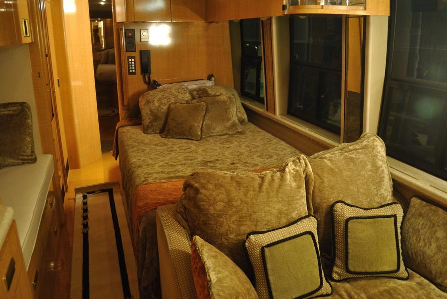 shania-rockthiscountrytour-bus12.JPG