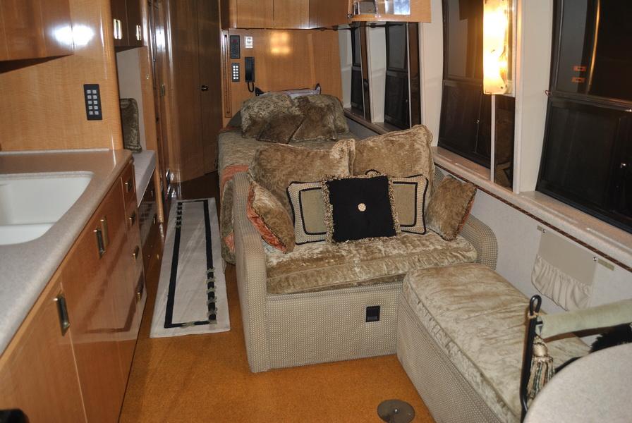 shania-rockthiscountrytour-bus27.JPG